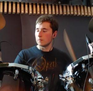 Luca spielt Schlagzeug