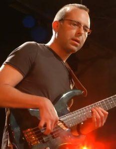 Robert spielt Bass